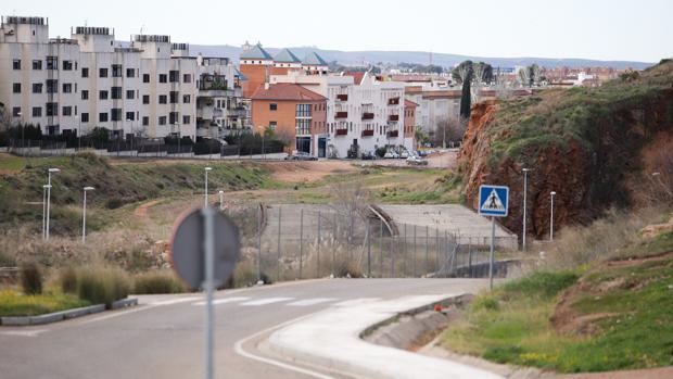 Obras paralizadas de la Ronda Norte; al fondo, Mirabueno