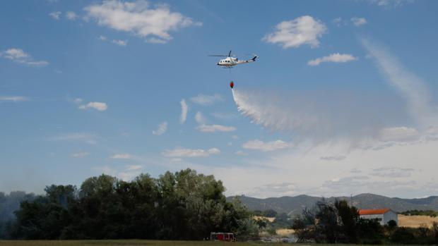 Un helicóptero trabaja en la extinción de un incendio en Córdoba