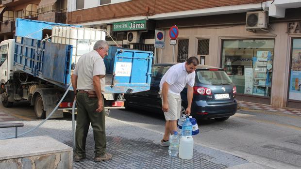 Camiones repartiendo agua entre los vecinos de Montilla