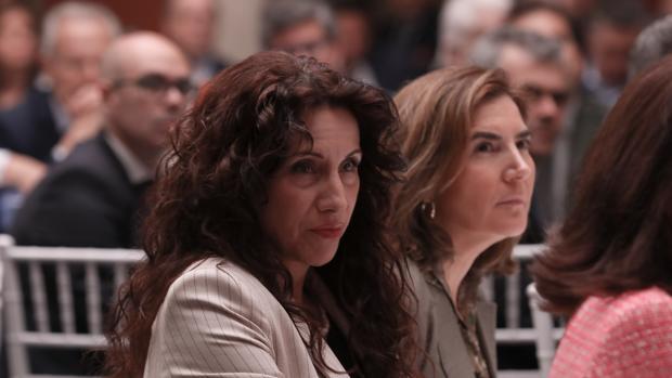 La consejera Rocío Ruiz de Igualdad, en primer término, y Rocío Blanco, Empleo, en segundo