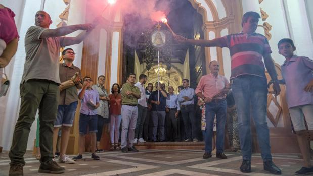 El Simpecado de la Matriz almonteña a su salida de la Parroquia de Ntra. Sra. de la Asunción