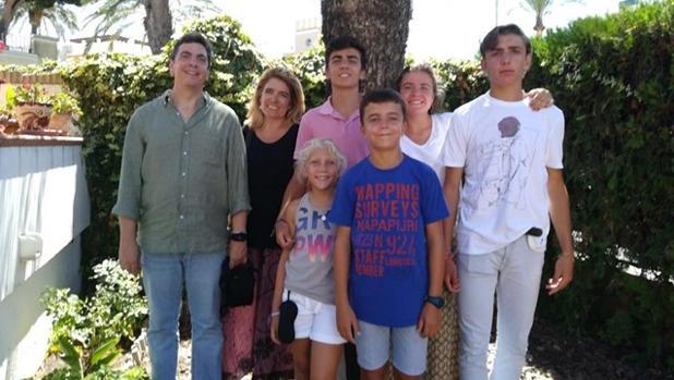 José María Ruiz, un ingeniero granadino afincado en Sevilla, junto a su familia
