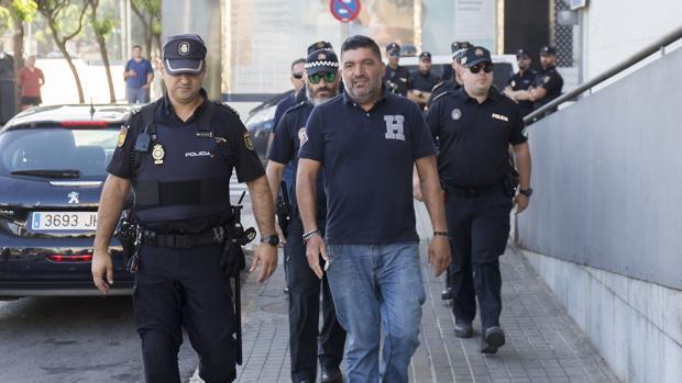 Antonio Garrido, el policía de Punta Umbría -vestido de paisano- cuando fue a declarar por el apuñalamiento que sufrió