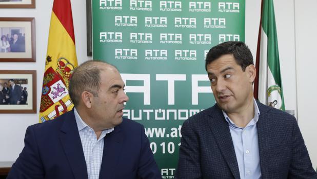 El presidente de la Junta, Juanma Moreno, y el presidente de ATA, Lorenzo Amor