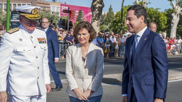 La vicepresidenta del Gobierno en funciones, Carmen Calvo, junto a Juanma Moreno