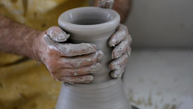 Detalle de las manos de un alfarero