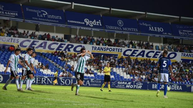 Sebas Moyano celebra el 0-1 en el encuentro entre el Linares y el Córdoba CF, este domingo, en Linarejos