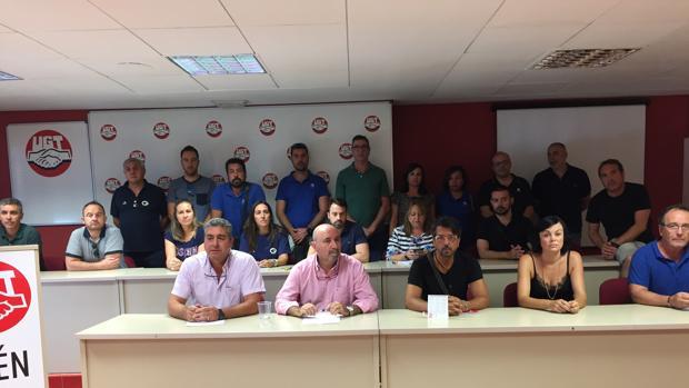 Dirigentes de UGT con trabajadores de Onda Jaén tras la reunión