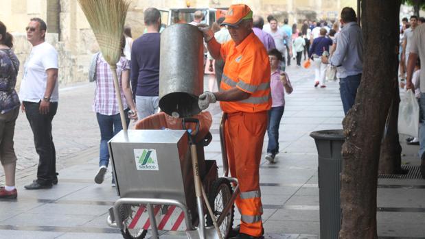 Un trabajador de Sadeco realizando labores de limipeza en las calles