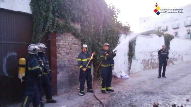 Actuación del Cuerpo de Bomberos en la calle Santa María de la Merced