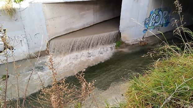 Vertidos residuales en el cauce de arroyo en la Costa Tropical de Granada