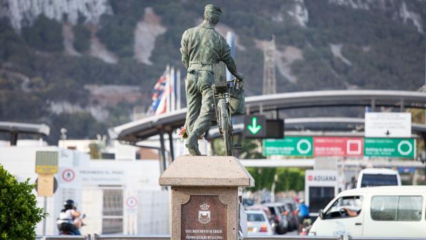 Monumento al trabajador transfronterizo erigido en La Línea frente a Gibraltar