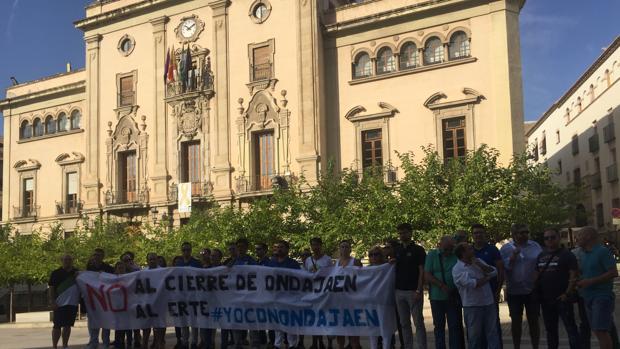 Plantilla de Onda Jaén ante el Ayuntamiento