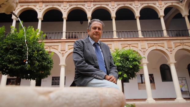 Fernando Fuentes, en el claustro de la Facultad de Derecho y Empresariales de Córdoba
