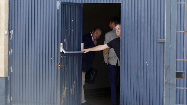 El gerente de Magrudis, la empresa que fabricaba la carne causante de listeriosis, cierra la puerta de la sede