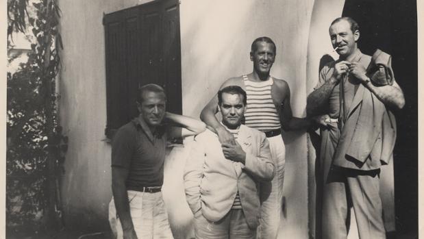 Federico García Lorca, con amigos en una finca de Uruguay; una de las fotografías de la exposición.