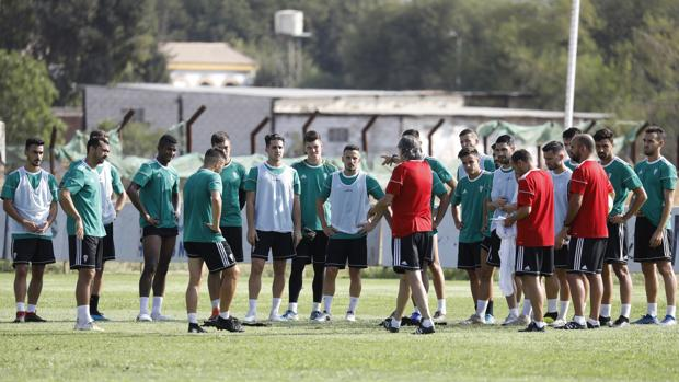 La plantilla del Córdoba recibe órdenes del entrenador Enrique Martín