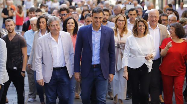 Sánchez, junto a Díaz y altos cargos socialistas durante su paseo por Córdoba