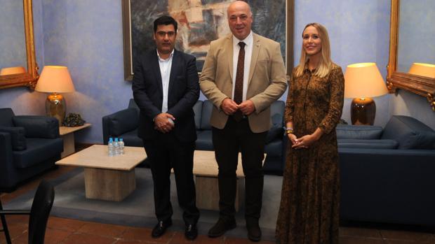 El presidente del Córdoba, Jesús León, junto al presidente de Diputación, Antonio Ruiz, y la delegada