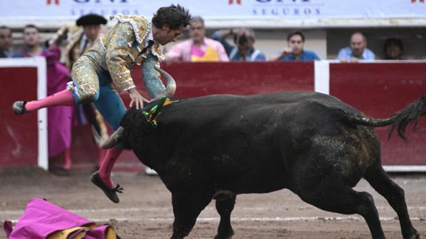 El toro prendió con mucha violencia a Fabián Barba