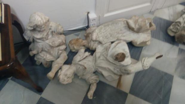 Los ángeles de La Roldana, en el suelo, tras ser entregados al Obispado