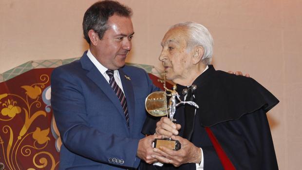 Manuel Garrido junto al alcalde de Sevilla, Juan Espadas