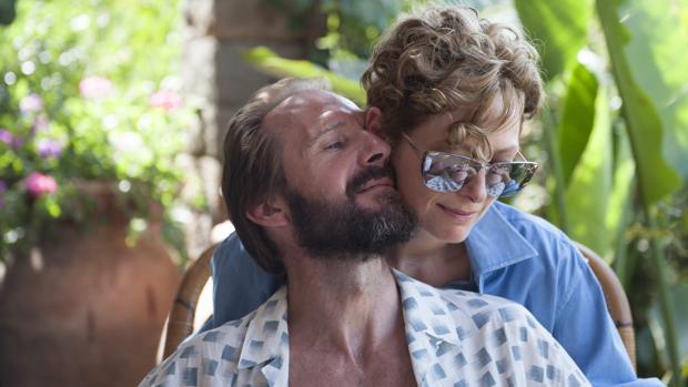 Ralph Fiennes, con Tilda Swinton, en la película «Cegados por el sol»