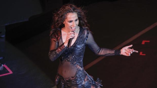 Malú durante su actuación en Sevilla este sábado