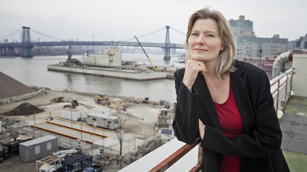 La escritora Jennifer Egan, fotografiada en el astillero de Brooklyn (Nueva York)
