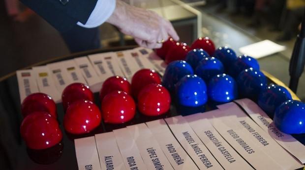 Bolas rojas y azules del sorteo isidril
