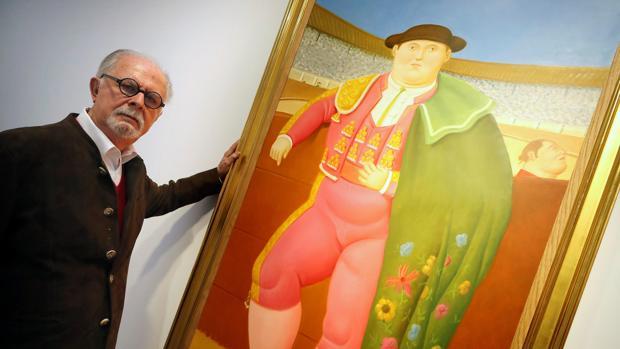 Fernando Botero, junto a uno de los cuadros de sus toreros