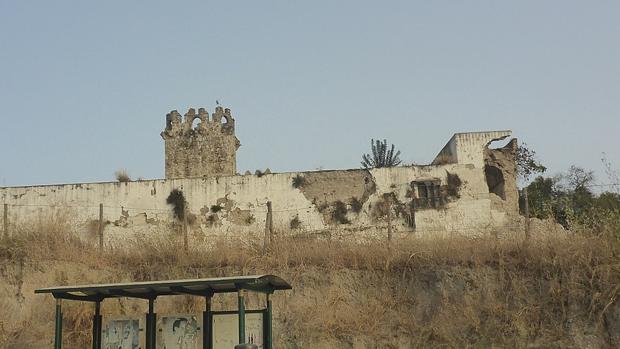 A la izquierda, esquina derrumbada del castillo de Torremelgarejo desde la calle, antes de la intervención