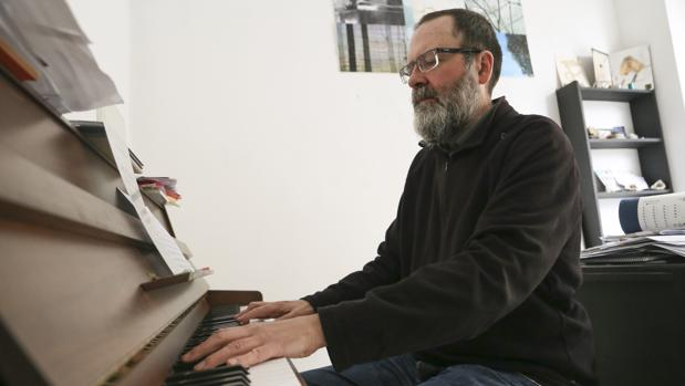 El compositor César Camarero trabajando en su estudio
