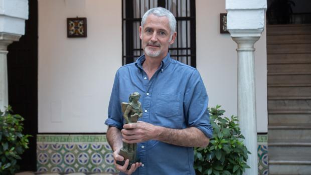 José Ángel Mañas recibiendo el Premio Ateneo 2019. Fotografía: V.Gomez vía ABC Sevill