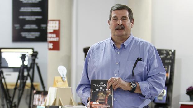 Félix Machuca con un ejemplar de su última novela