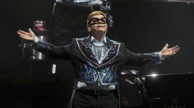 Elton John ofreció una primera parte contenida y sobria para dar paso a una segunda dinámica y emotiva