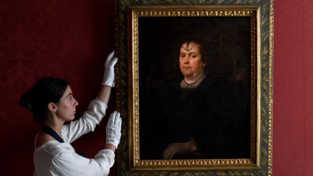 Una empleada de Sotheby's sujeta el retrato de Olimpia Pamphilj que pintó Velázquez