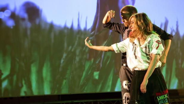Dos bailarines en mitad de la coreografía
