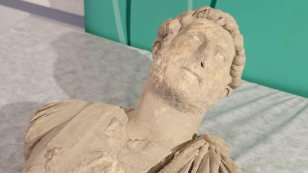 Presentación del busto romano de Adriano