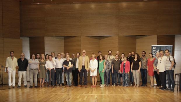 Antoio Muñoz e Isabel Ojeda junto a algunos de los participantes en la nueva temporada