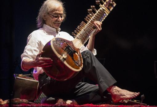 Gualberto tocando el sitar