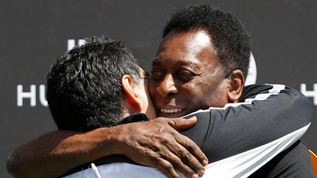 Pelé y Maradona se abrazan para «hacer las paces»