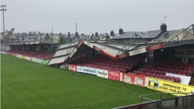 Aspecto que presenta el estadio del Cork City por los efectos del huracán «Ophelia»