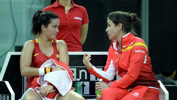 Arruabarrena habla durante el partido con la capitana Anabel Medina