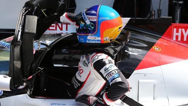 Alonso, saliendo de su coche