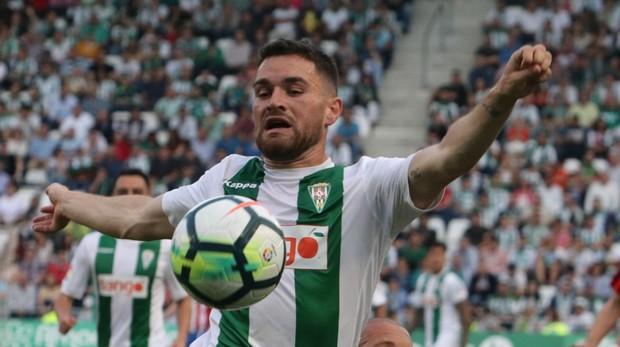 Javi Galán controla el balón con el pecho en El Arcángel