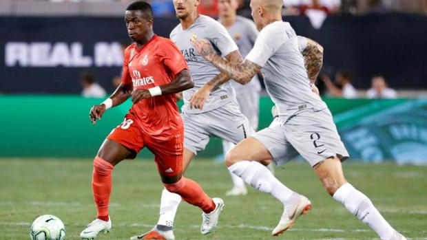Vinicius Junior dribla a varios rivales en el partido de pretemporada ante la Roma