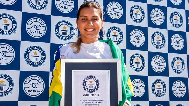 Maya Gabeira luce el certificado de récord Guinness tras surfear una ola de 20 metros