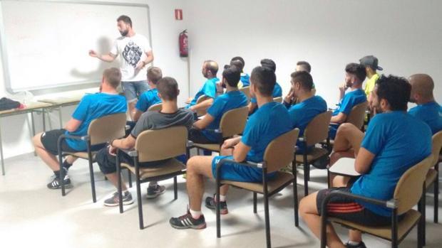 Juan Momparler trabaja con un grupo de entrenadores