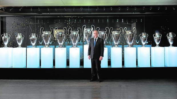 Florentino Pérez, en la sala de trofeos del Real Madrid tras lograr la decimotercera Copa de Europa